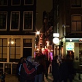 又是紅燈區的一條小巷
