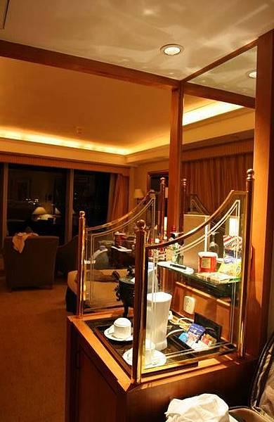 海逸酒店行政樓層海景房, 裡面有HK$68一瓶的礦泉水