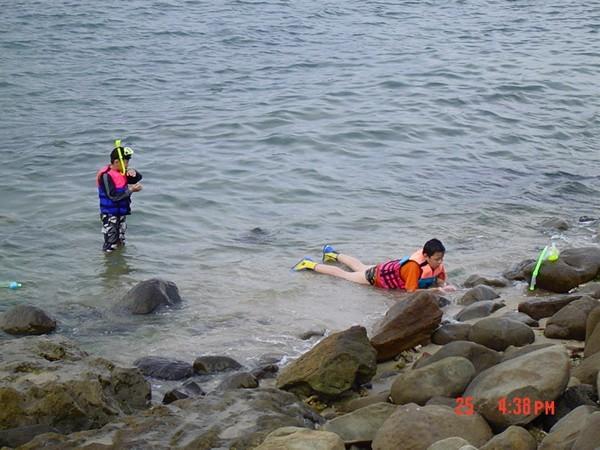 可愛兩兄弟玩浮潛