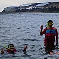 可愛兩兄弟玩浮潛2