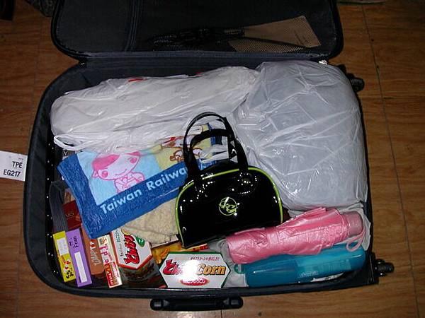 亂到爆炸的行李箱.jpg