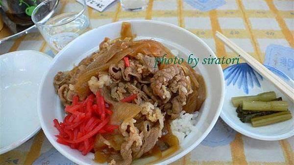 大家都點牛丼,旁邊還附了當地有名的野澤菜。