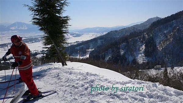 這邊果然險峻,滑雪不會轉彎的人千萬別來嘗試,否則就會直直滑(滾)向山坡下!