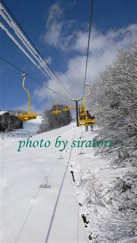 戶狩滑雪場的場地屬狹長型,乘坐一趟lift上山頂大約要花5分鐘