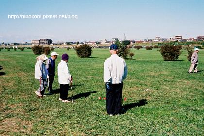二子玉川邊,有老人在草地上槌球