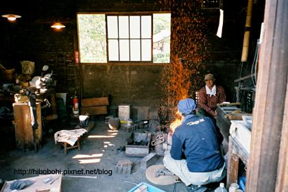 參觀農家。農民們正在鑄鐵或是磨刀。