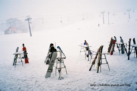 滑雪囉!一大早還下著大雪呢!