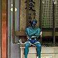 惡魔人坐在信箱上,還繫上安全帶以免發生意外。