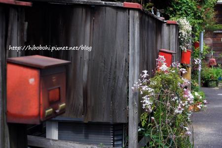 一排紅色信箱