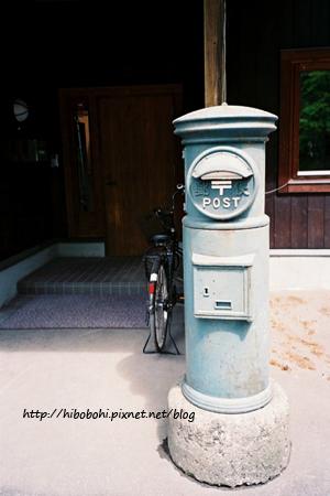 這個顏色的郵筒真別緻