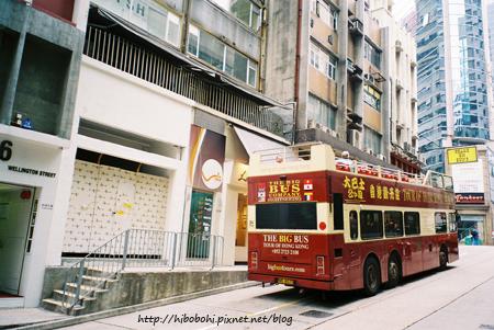 這次看到好多外國人坐這種露天雙層巴士遊香港喔!