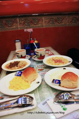 翠華餐廳的早餐。A餐是鮑魚火腿通粉、西煎雙蛋、牛油餐包。
