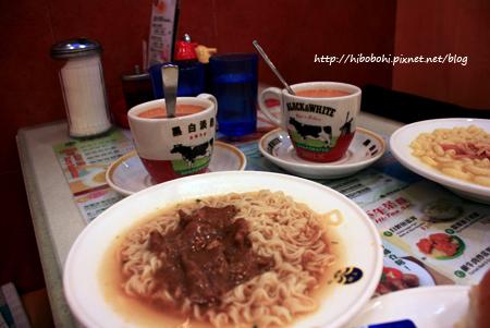 B餐是沙嗲牛肉公仔麵、滑嫩炒蛋、牛油餐包。飲料是熱奶茶。