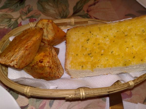 烤雞套餐的餐前麵包.jpg