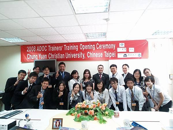 ADOC訓練開幕典禮合照_與志工同學_resize.JPG