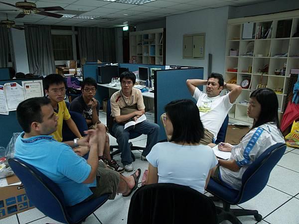 電子商務實務實習2,秘魯組圍成一圈,討論網路行銷的計畫_resize.JPG