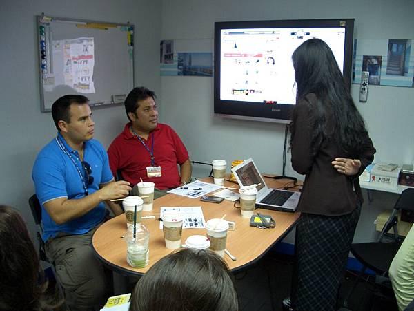 參訪手機王,MAX與講員討論手機王的營運模式.JPG