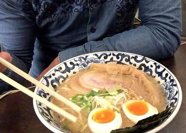 東京駅一番街,就能吃到濃郁湯頭,網路激推「斑鳩拉麵」。