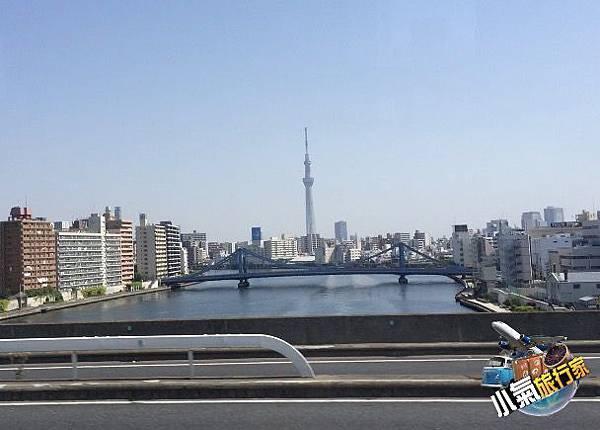 接駁巴士上遠眺東京新地標:「晴空塔」。