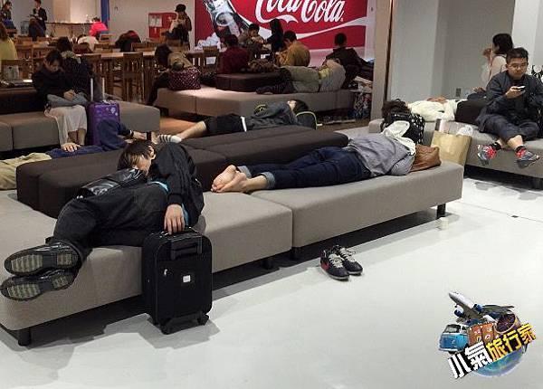 成田3航廈擠滿了睡機場的旅客,小氣旅行家點評,可以不必那麼辛苦睡機場。