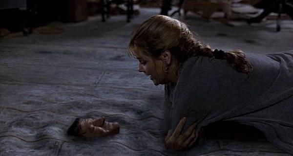 莎拉抓住艾倫