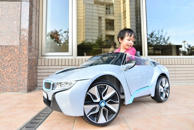 DSC_6780.JPG - 兒童電動車BMW i8 -掀門款 - 姚小鳳平台 (官方介紹)