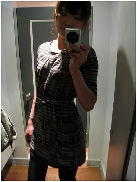 拿了一堆衣服試穿,結果只買了這件 XDDDDDD