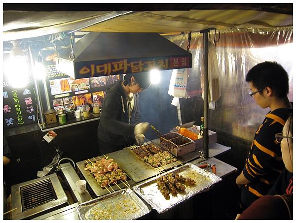 到梨大去吃吃喝喝~ 好吃的烤肉攤!!!