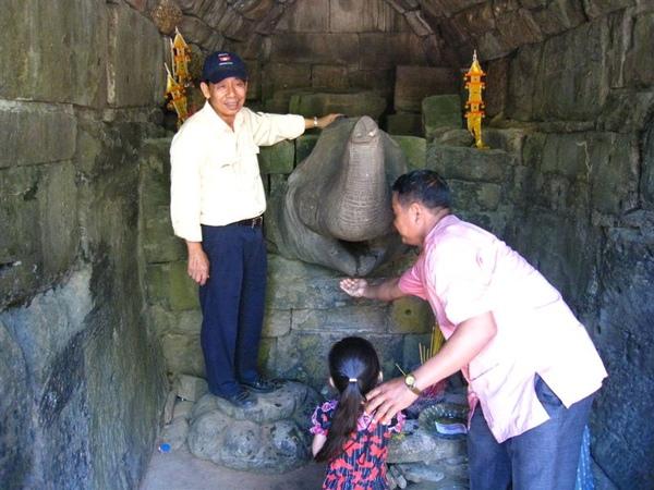 導遊再用礦泉水給我們體驗聖水