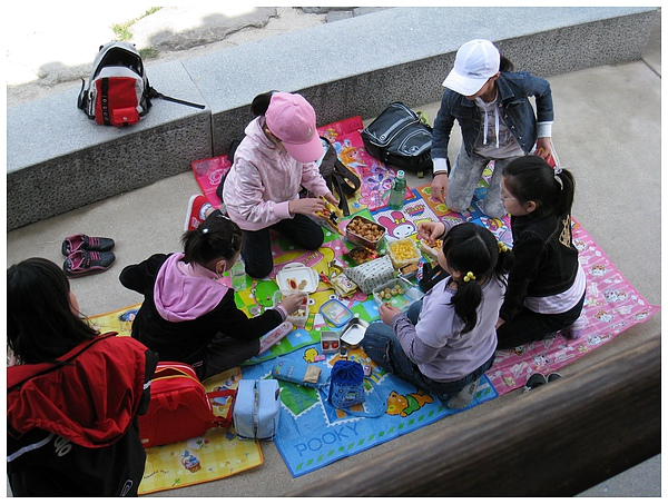 韓國小孩們的野餐~ 我想要那個墊子!!!