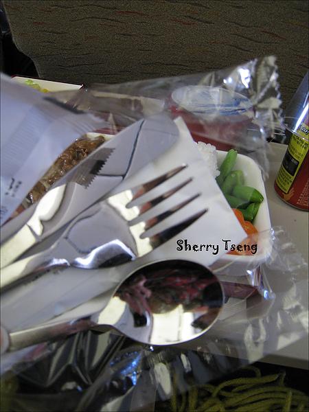 居然連餐具都是鐵的
