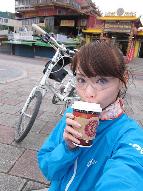 關渡宮前喝元旦小7半價咖啡