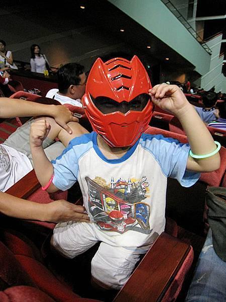 把激氣紅面具借前面的小朋友戴XD