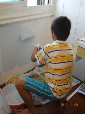 小男孩刷油漆(102.11.09)
