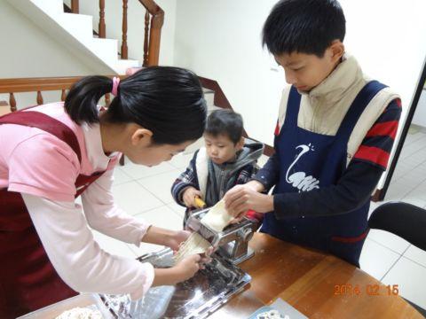 小小孩也做麵條(103.2.15)