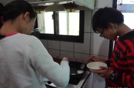 [小六]小小安親班 ~ 煎鬆餅(103.12.31)