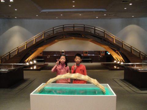 在台中科博館搭木橋(99.1.30)