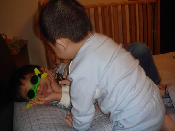 哥哥也戴奇怪的眼鏡
