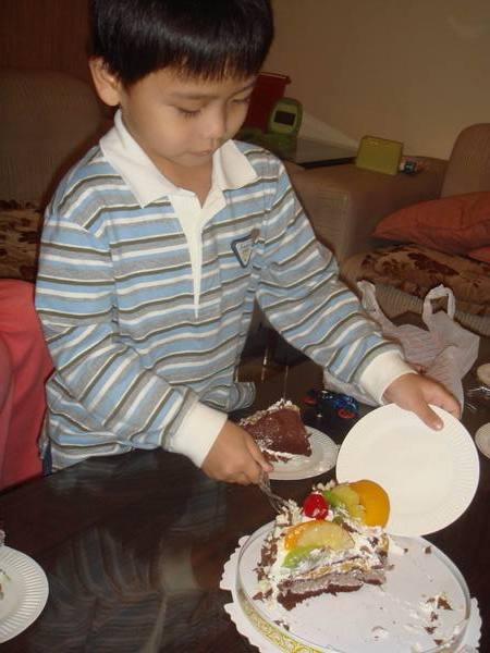 哥哥切蛋糕