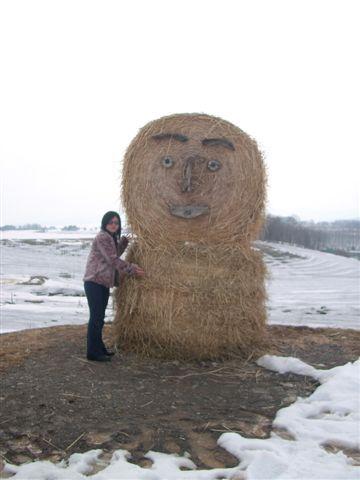 路經千辛萬苦的雪路才到這個草人