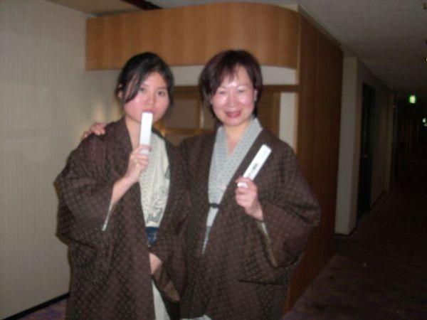 同團看起還很有錢的姊姊說 我看起還像日本藝妓 所以要跟我合照