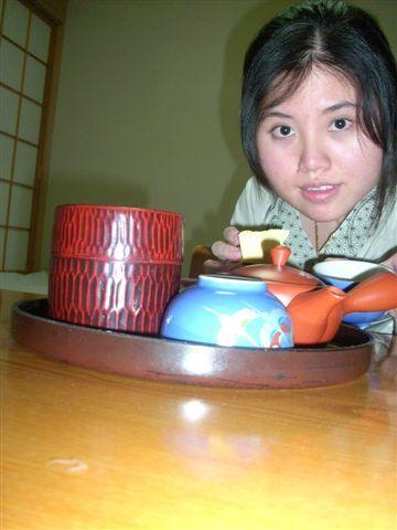 因為同居人又去泡溫泉了 我只好賢慧的泡茶、自拍跟寫明信片