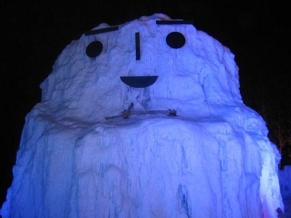 好大的雪人 應該放個我去當比例尺