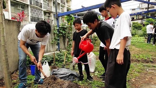 黃一欽自發性到德高國小教導小朋友用廚餘做堆肥。