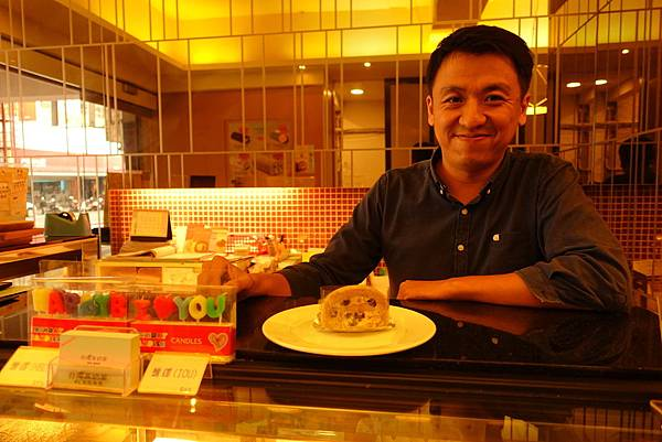 台灣茶奶茶行銷主管1(桌上為珍珠奶茶捲)
