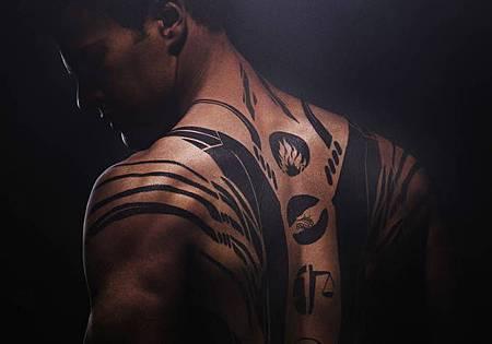 男主角四號背部的大片刺青