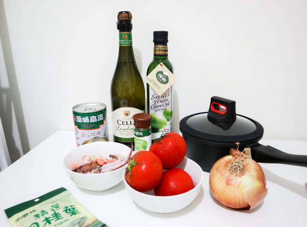 一個人的簡單湯鍋料理,一個BEKA單柄附蓋湯鍋一頓晚餐(番茄海鮮燉飯&養生芋頭排骨湯)