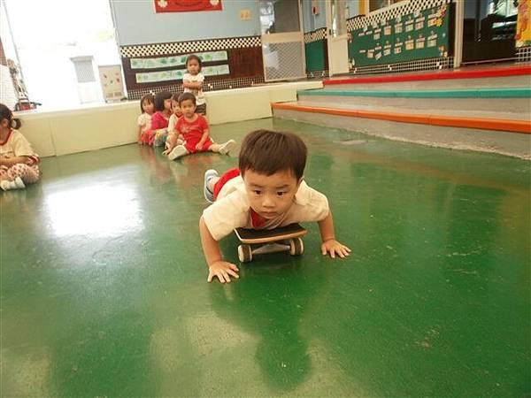 2012.6.1 體能課~ 咻!滑板車-----2.jpg