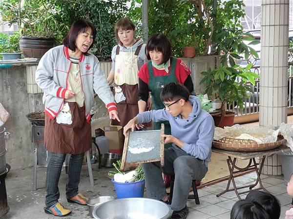 1.27菜頭粿的製作雖然繁雜~但是是個很棒的體驗活動哦!-2.jpg