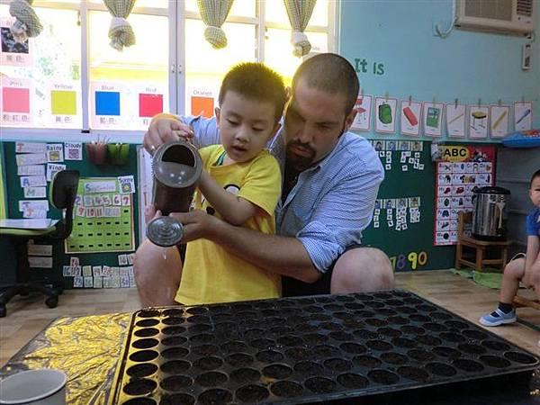 9.13小小的種子,需要用心的呵護它、照顧它,讓孩子從種植的課程中,學會成長的奧妙-2.jpg